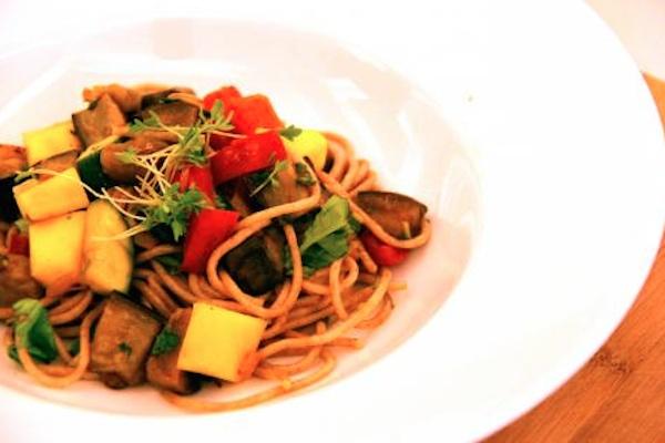 Dinkelspaghetti mit Melanzani, Paprika und Tofu, vegan