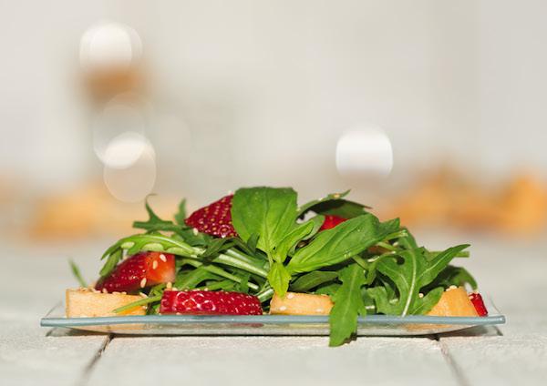 Rucola-Erdbeer-Melonen-Salat. Foto: Jochen Russmann