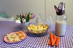 Karottenraspel in den Teig gemischt oder in die Zuckerglasur geben oranges Oster-Gefühl.