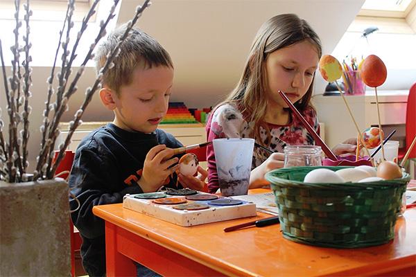 Kinder beim Eiermalen