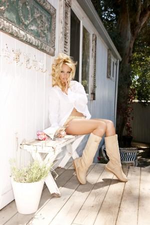 Pamela Anderson posiert mit ihren tierfreien Winterstiefeln