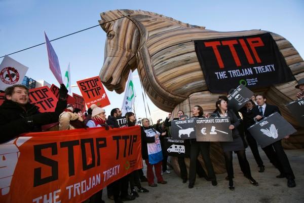 TTIP als trojanisches Pferd bei Protesten in Brüssel. © Jess Hurd/NoTTIP, Global Justice Now, Flickr.com