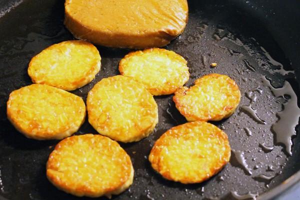 Schnell angebraten und auch solo lecker: Lupinen-Tempeh und Lupinen-Burger Oriental von alberts. Foto: Sandra, animal.fair