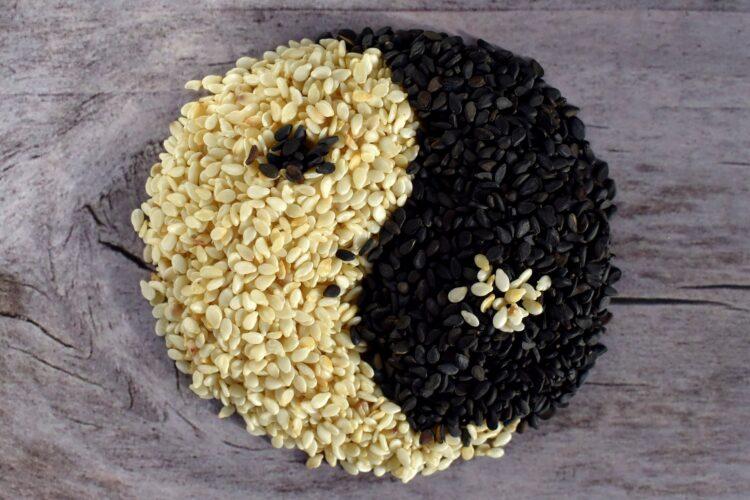 weißer Sesam und schwarzer Sesam