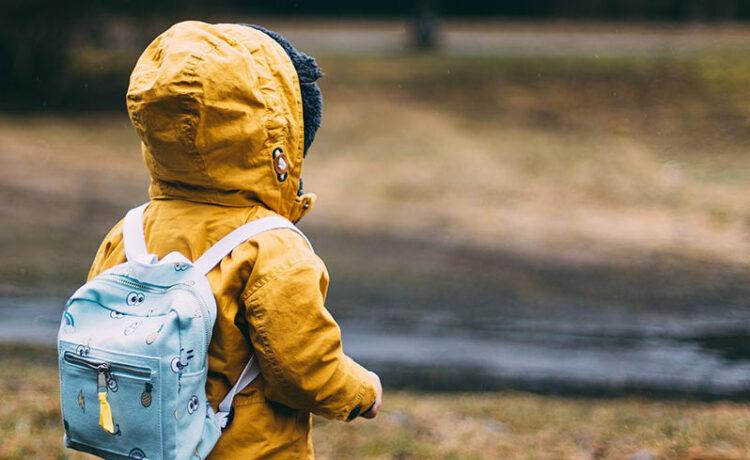 Kind mit gelbem Parka