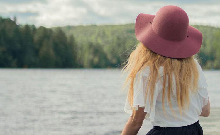 Junge Frau mit Hut in der Natur