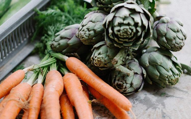 Biologische Karotten und Artischoken