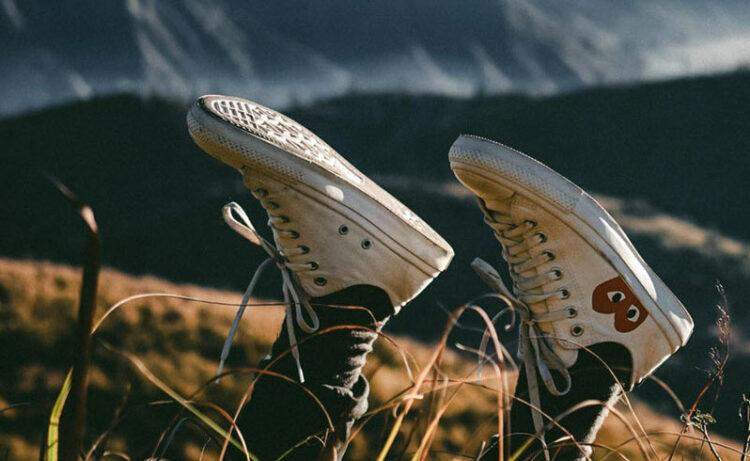 in den Himmel gestreckte Füße mit Sneakers