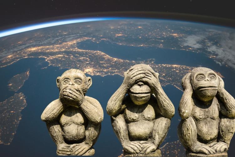 Three wise monkeys vor Planet Erde