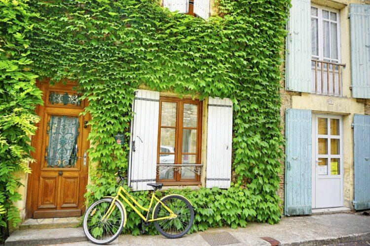 Fahrrad vor einem mit wildem Wein bewachsenem Haus