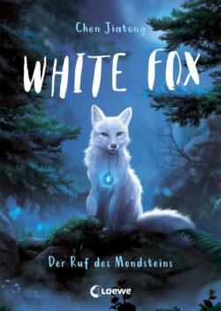 Ein weißer Fuchs mit einem blau schimmernden Amulett im Maul sitzt in einem blau gehaltenen Nadelwald