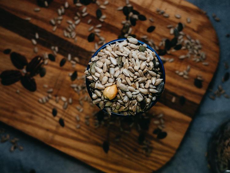 Bild zeigt eine Schüssel voll mit verschiedenen Kernen und Saaten
